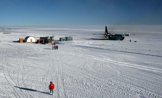 The last flight of the South Pole 2009-10 summer.